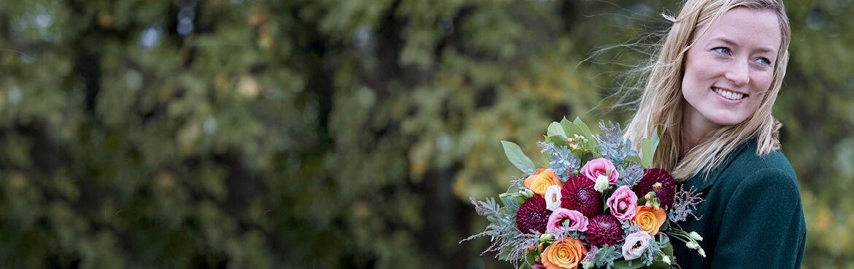 Vrouw met een mandje vol met bloemen